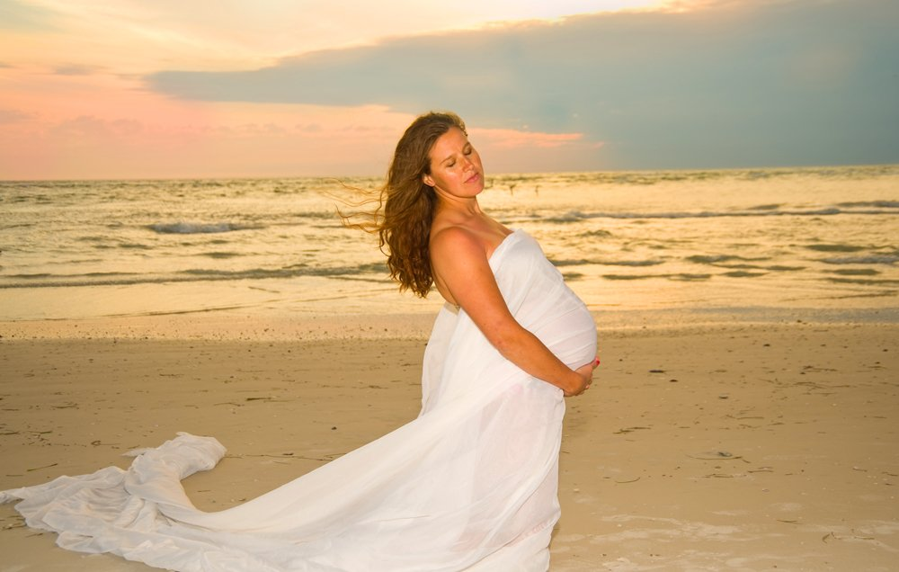 pregnancy-on-beach