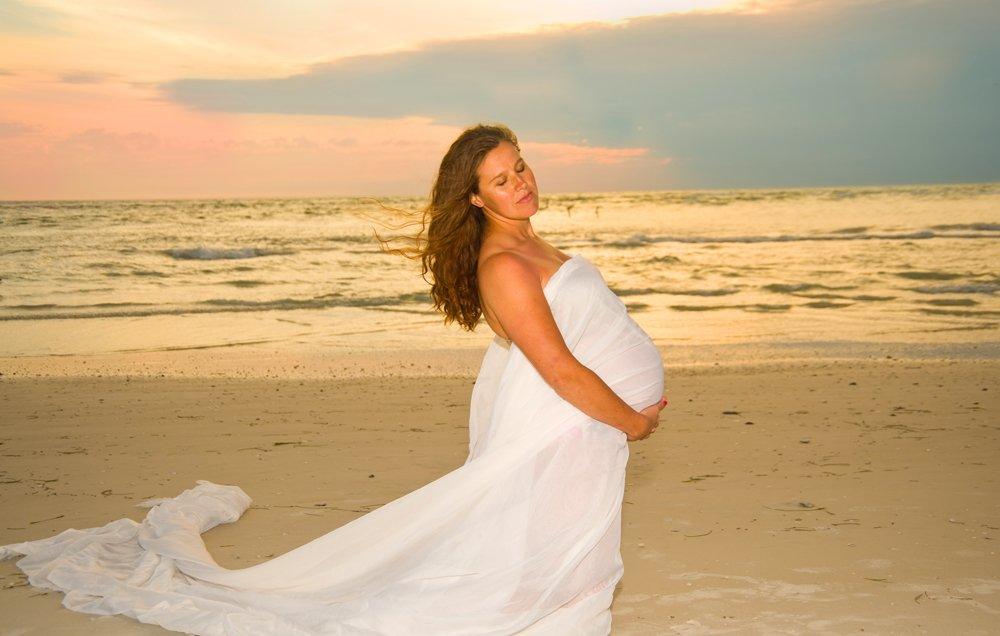 pregnancy-on-beach